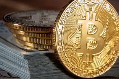03_Golden-Bitcoin-on-us-dollars-close-up.jpg